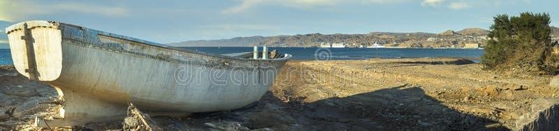 Barco de pesca viejo. Golfo de Aqaba, Eilat imagenes de archivo