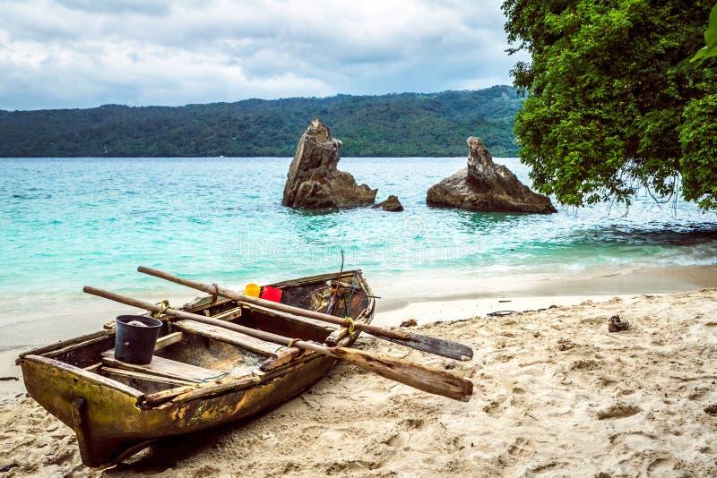 Barco de pesca viejo tirado en la playa imagen de archivo libre de regalías