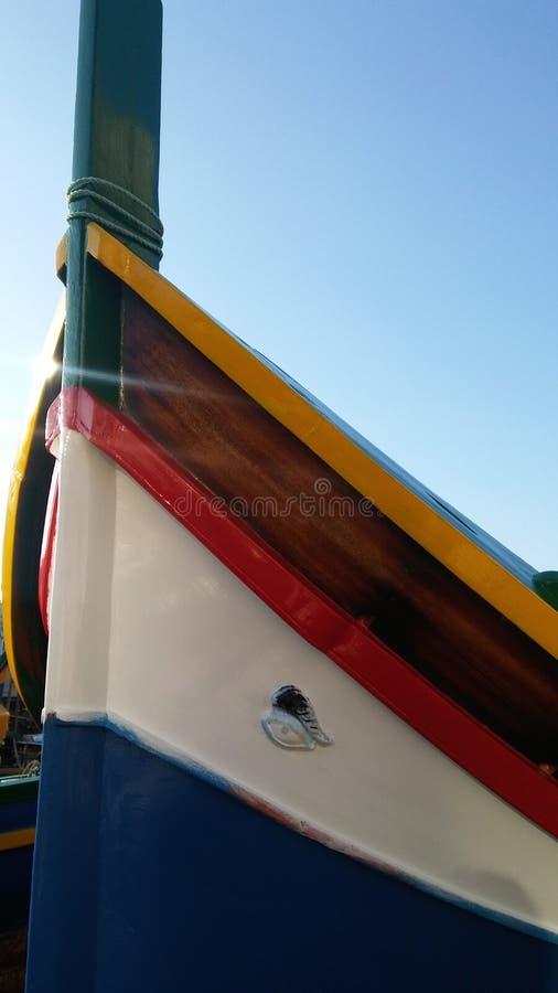 Barco de pesca viejo tradicional en la isla de Malta fotografía de archivo