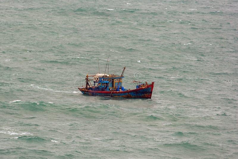 Barco de pesca vietnamita imagen de archivo