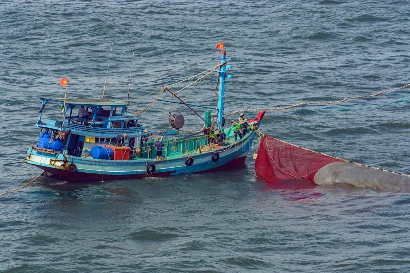 Barco de pesca vietnamita imagenes de archivo