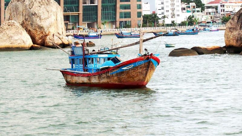 Barco de pesca vietnamita En el mar del sur imagenes de archivo