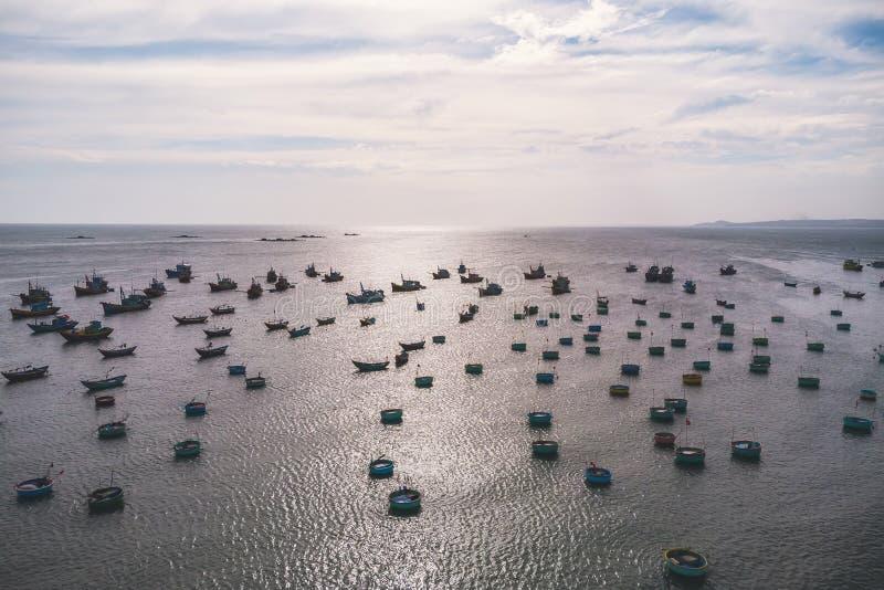 Barco de pesca vietnamita tradicional en la cesta formada, Mui Ne, Vietnam foto de archivo
