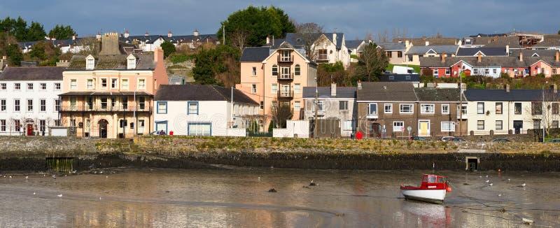 Barco de pesca y edificios coloridos en Kinsale imagenes de archivo