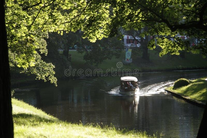 Barco de placer en el canal en Riga imagen de archivo libre de regalías