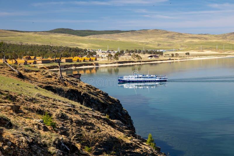 Barco de placer en el lago Baikal fotografía de archivo