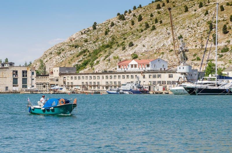 Barco de placer en la bahía del mar foto de archivo libre de regalías