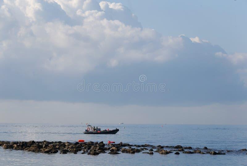 Barco de polícia ambiental da fiscalização no patrrol na costa sul de mallorca imagens de stock royalty free