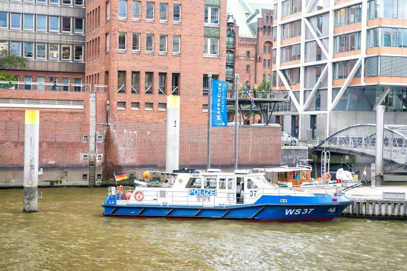 Barco de polícia no cais da balsa em Hamburgo, Alemanha fotografia de stock