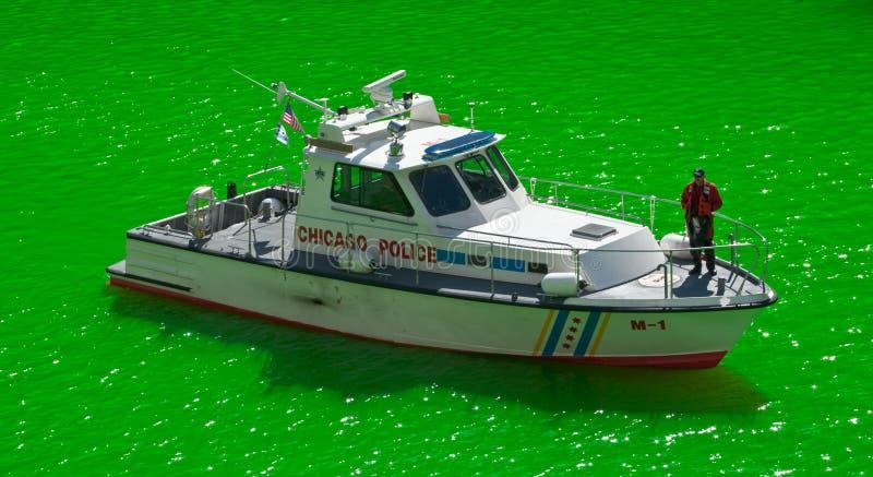 Barco de polícia no rio verde de Chicago fotografia de stock royalty free