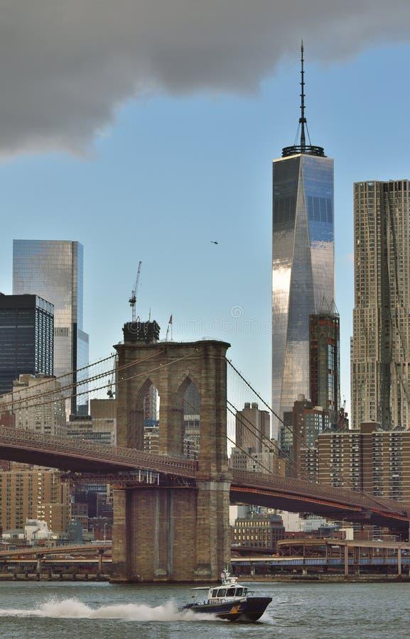 Barco de policía cerca del puente de Brooklyn imagenes de archivo