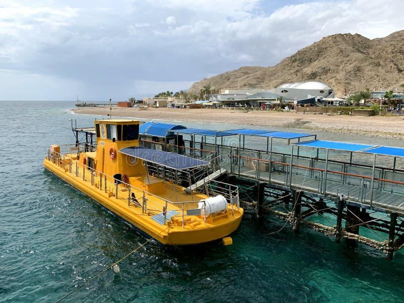 Barco de prazer com vigias subaquáticas fotografia de stock