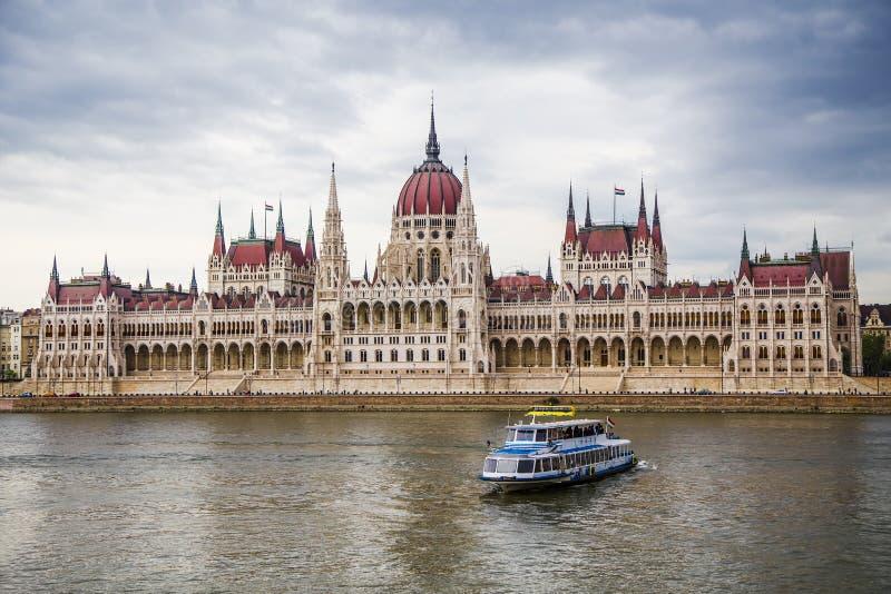 Download Barco De Prazer De Danube_ E O Parlamento Húngaro Foto de Stock - Imagem de governo, casa: 80101086