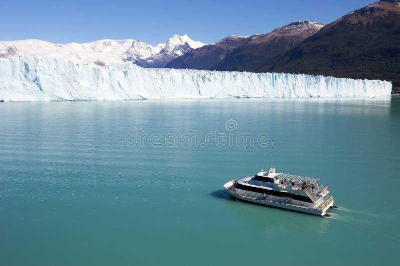 Barco de prazer no lago Argentina fotografia de stock royalty free
