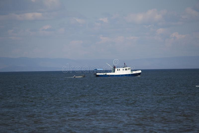 Barco de prazer no Lago Baikal foto de stock royalty free