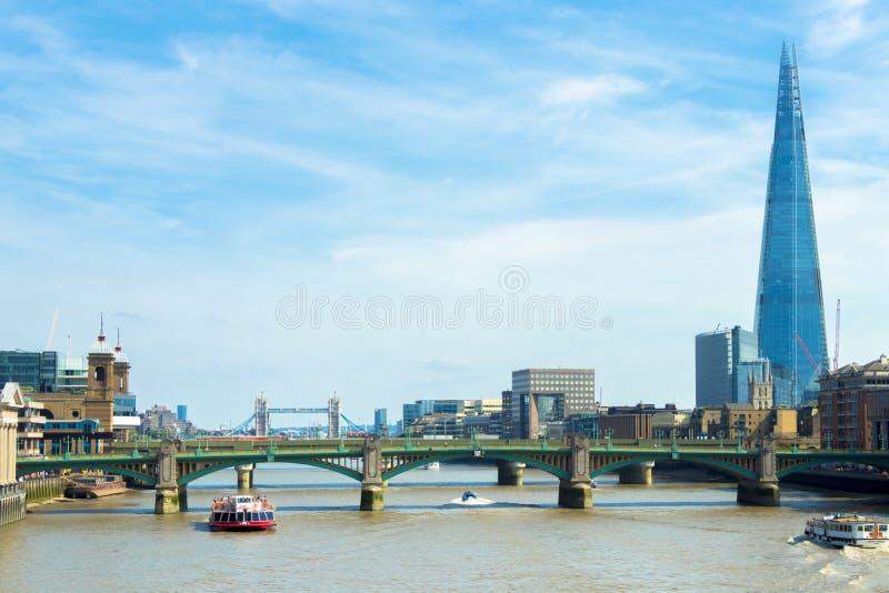 Barco de prazer no rio Tamisa com o estilhaço no fundo, Londres imagem de stock royalty free