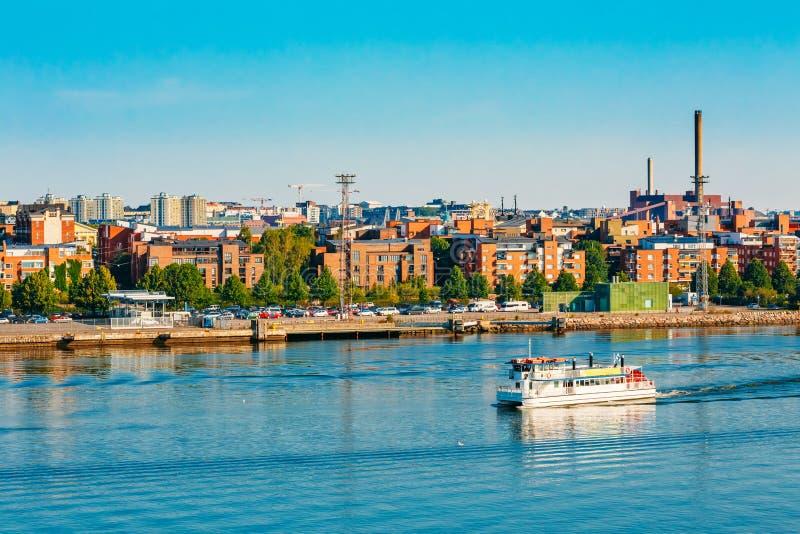 Barco de prazer turístico perto do porto de Helsínquia, Finlandia imagens de stock
