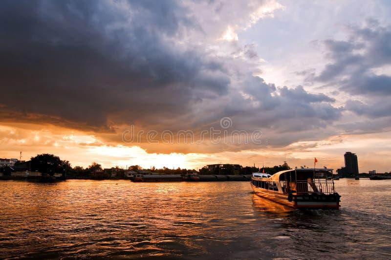 Barco de río con la nube de tormenta imagenes de archivo