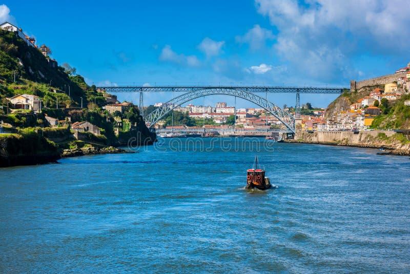 Barco de Rabelo que se acerca al puente de Dom Luis I en Oporto Portugal imágenes de archivo libres de regalías