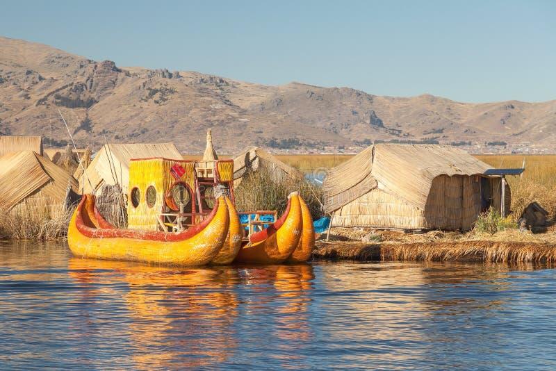 Barco de Reed na ilha do Peru e da Bolívia de Titicaca do lago Uros fotos de stock royalty free