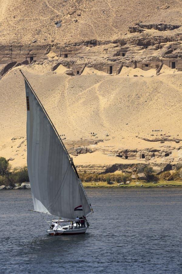 Barco de rio de Felucca no Nilo, com o Sahara atrás em Aswa imagem de stock