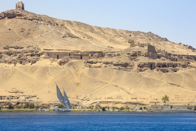 Barco de rio de Felucca no Nilo, com o Sahara atrás em Aswa fotos de stock