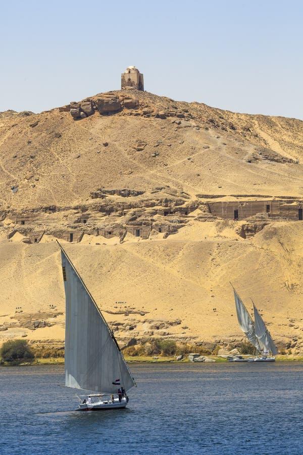 Barco de rio de Felucca no Nilo, com o Sahara atrás em Aswa foto de stock royalty free