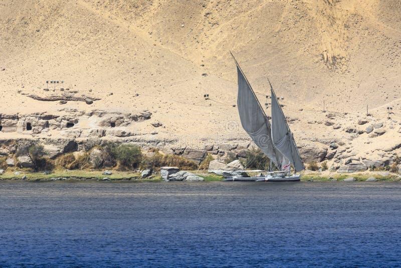 Barco de rio de Felucca no Nilo, com o Sahara atrás em Aswa imagem de stock royalty free