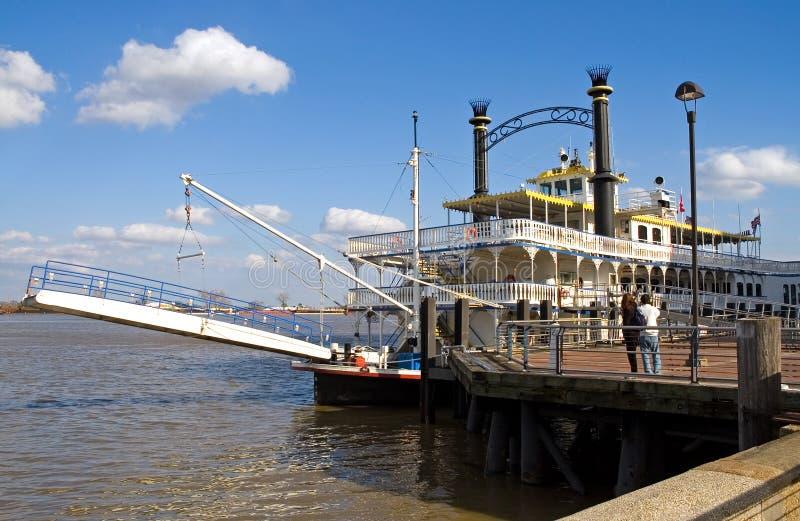 Barco de rio de Nova Orleães na doca foto de stock