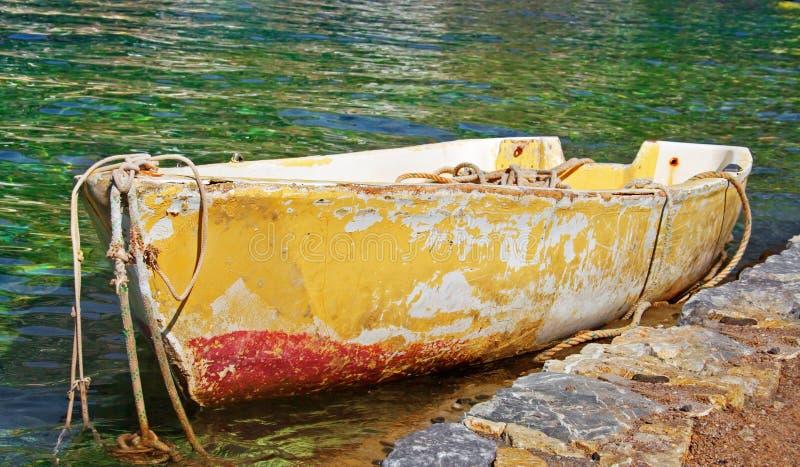 Barco de rowing abandonado viejo foto de archivo libre de regalías