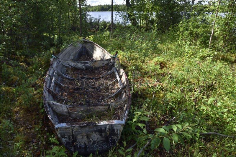 Barco de rowing abandonado viejo que se coloca en sombra fotografía de archivo libre de regalías
