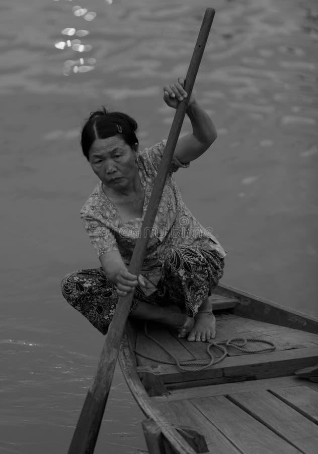 Barco de rowing de la mujer en Hoi An imagen de archivo libre de regalías