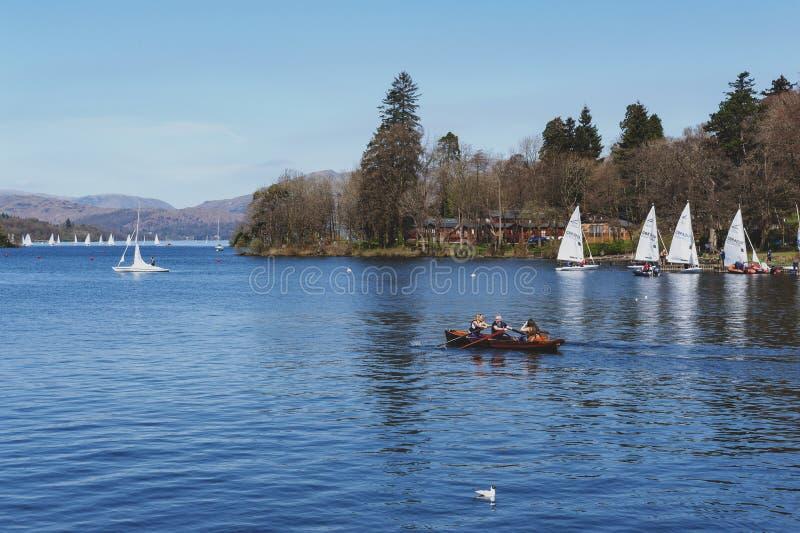 Barco de rowing de los turistas en el lago escénico Windermere en el parque nacional del distrito del lago, Inglaterra del noroes fotos de archivo