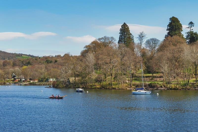 Barco de rowing de los turistas en el lago escénico Windermere en el parque nacional del distrito del lago, Inglaterra del noroes imagen de archivo
