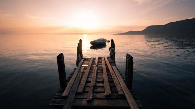 Barco de rowing silueteado en el lago Garda, Italia fotos de archivo
