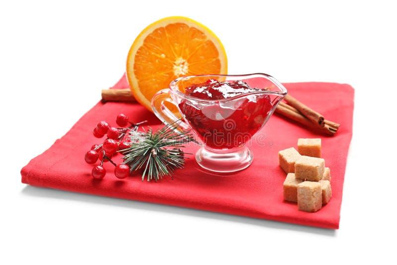 Barco de salsa con la salsa de arándano sabrosa y productos en el paño rojo foto de archivo libre de regalías