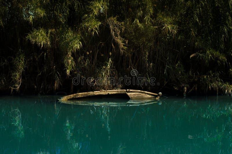 Barco de Sinked em um rio fotos de stock royalty free