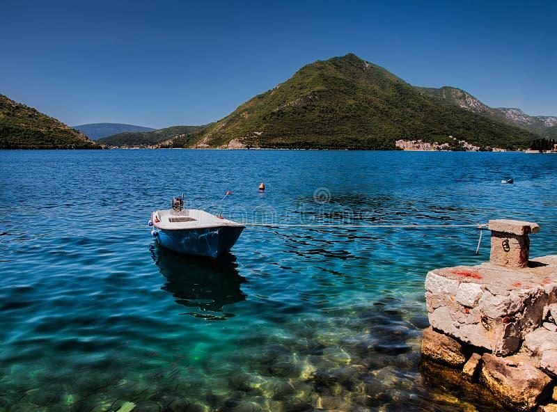 Barco de Smlal amarrado acima perto de Kotor foto de stock