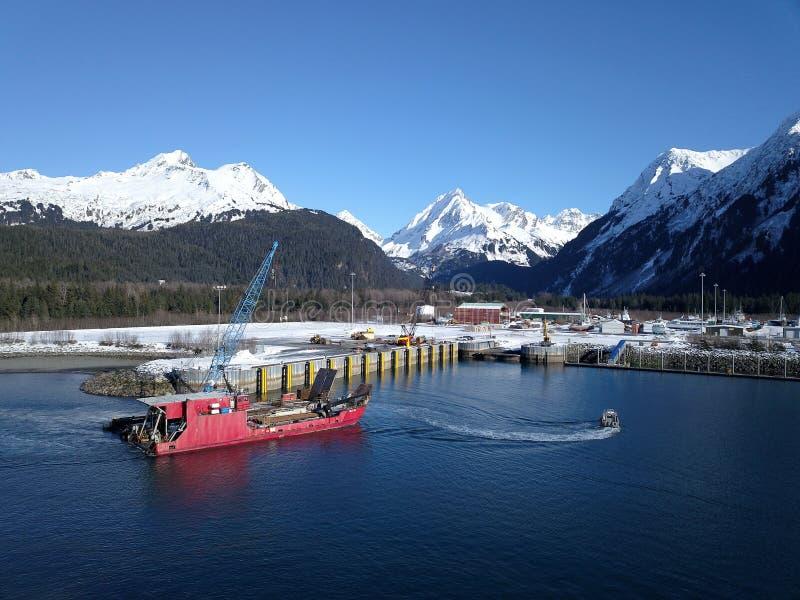 Barco de trabajo de Alaska que entra en el puerto fotos de archivo libres de regalías