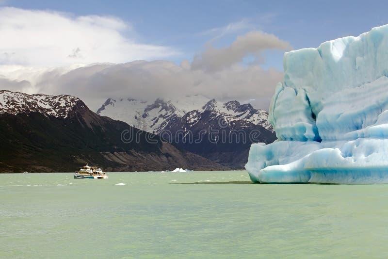 Barco de turista e iceberg da geleira em Argentino Lake, Argentina de Upsala imagens de stock