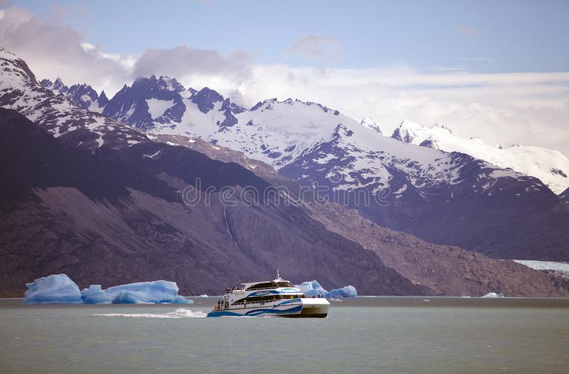 Barco de turista e iceberg da geleira em Argentino Lake, Argentina de Upsala foto de stock royalty free