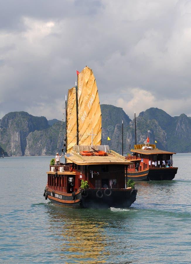 Barco de turista, louro Vietnam de Halong fotografia de stock