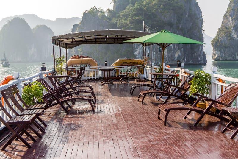 Barco de turista na baía de Halong fotos de stock royalty free