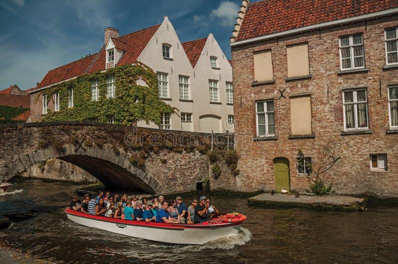 Barco de turista na construção do canal e de tijolo em Bruges imagem de stock royalty free