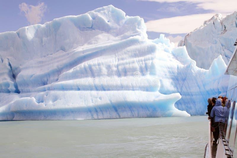 Barco de turista na parte dianteira iceberg da geleira em Argentino Lake, Argentina de Upsala fotografia de stock royalty free