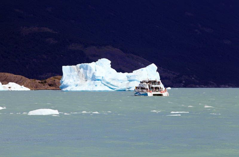 Barco de turista na parte dianteira iceberg da geleira em Argentino Lake, Argentina de Upsala foto de stock royalty free
