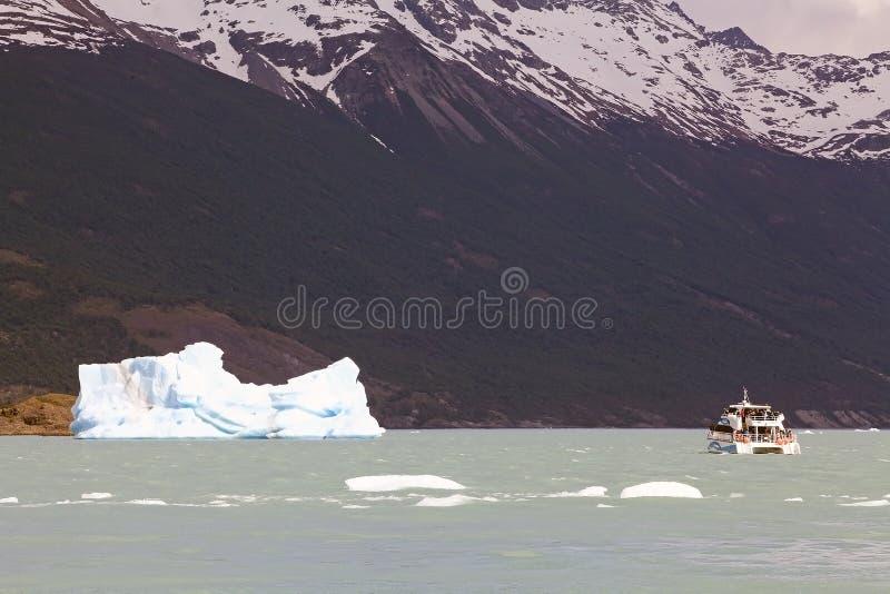 Barco de turista na parte dianteira iceberg da geleira em Argentino Lake, Argentina de Upsala imagem de stock royalty free