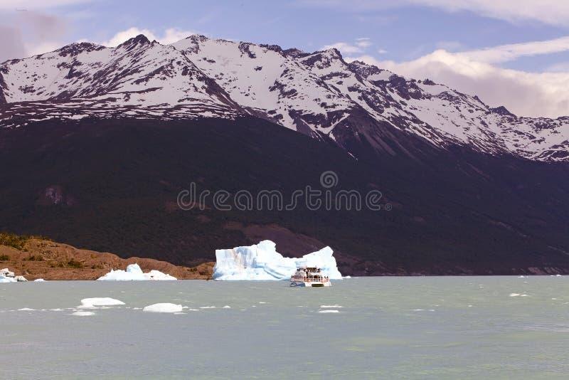 Barco de turista na parte dianteira iceberg da geleira em Argentino Lake, Argentina de Upsala imagem de stock