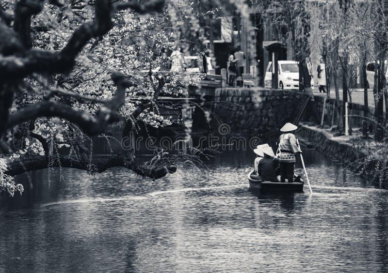 Barco de turista no canal na cidade antiga de Kurashiki em Okayama, Japão Kurashiki é uma cidade histórica situada em ocidental imagens de stock royalty free