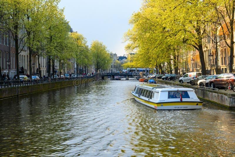 Barco de turista no canal de Rotterdam, curso holandês em Europa foto de stock